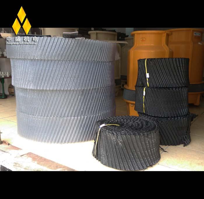 什么叫填料:简单的说填料在冷却塔中的作用就是增加散热量,延长冷却水停留时间,增加换热面积,增加换热量。均匀布水。不是将某种需降温的东西填进塔里。冷却塔就是使热流体(包括水)冷却到合理温度的一种设备。工业生产或制冷工艺过程中产生的废热,一般要用冷却水来导走。冷却塔的作用是将挟带废热的冷却水在塔内与空气进行热交换,使废热传输给空气并散入大气中。冷却塔应用范围:空调冷却系统、冷冻系列、电炉、注塑、制革、发电、汽轮机、铝型材加工、空压机、工业水冷却等领域
