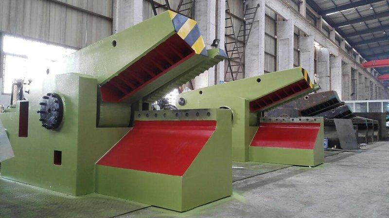 设备具有手动、自动功能,操作控制方便、简单,剪刀口在工作过程中的任何位置起动剪切和停止,并可根据被剪物料的大小,任意控制剪切口的大小,以取得最高的工作效益。技术参数合理,使适用范围广,耗能低,可为非金属回收加工业、中小型炼钢厂的金属剪断,以提供最佳的炉料。 设计了快速型,在不增加电动机功率及油泵排量得状况下,在(约70吨)剪切下速度保持快速,剪切较大物料时会自动转换速度。恢复原剪切力,从而提高工效近一倍。几何形状,所以对比较厚实的即本身密度较大的废料不允许装得太多,否则将会使包块过长而无法翻出包块,甚至造