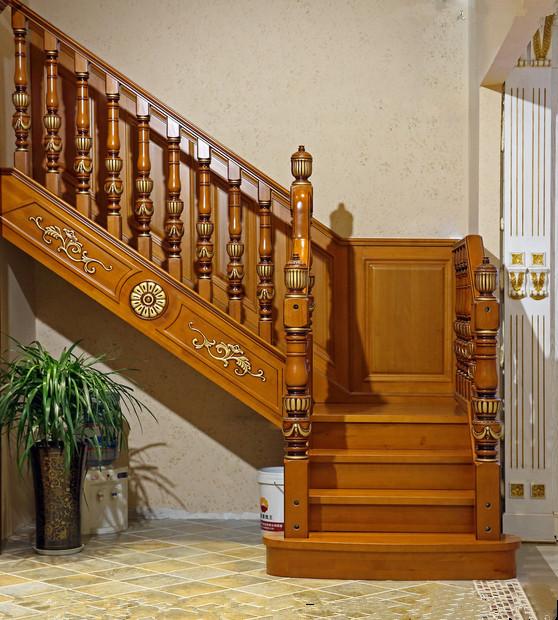 龙桥楼梯材质优势 白蜡木家具优点: 白蜡木材料的造价是比较高的,其中主要是由于白蜡木材料的一些优质特性。白蜡木俄罗斯北美及欧洲部分地区;具有很强的耐腐朽功能;易于切削工具加工,磨光;白蜡木家具是美式高档家具的主要生产材料之一,纹理自然美观,树皮和果实用于医药做泻药,也可提取黑褐和蓝色染料。 白蜡木家具外形比较美观,其光泽度非常高;可以很清晰的在白蜡木家具上看见整洁交错的木纹,家具产品的表面是非常光滑的,白蜡木材料的密度比较高,强度与硬度也是非常高的,在力学上面来说承受力也是非常高的,很适合制作家具,可以用