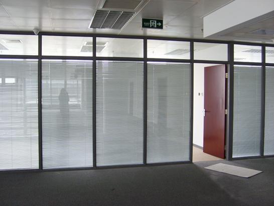 现美办公室玻璃高隔间的材料厚度与选择 :(铝合金型材)85款的高隔间: 铝型材的厚度为1.0-1.5mm, 墙体厚度为85mm,有单层,双层;双层墙体玻璃有5mm(可内置手动旋钮提升百叶帘或电动旋钮百叶帘),单层玻璃墙体为10mm。 玻璃种类是选择:透明钢化玻璃(常规),条纹玻璃,磨砂玻璃,logo玻璃,烤漆玻璃,隔音玻璃,防火玻璃等。