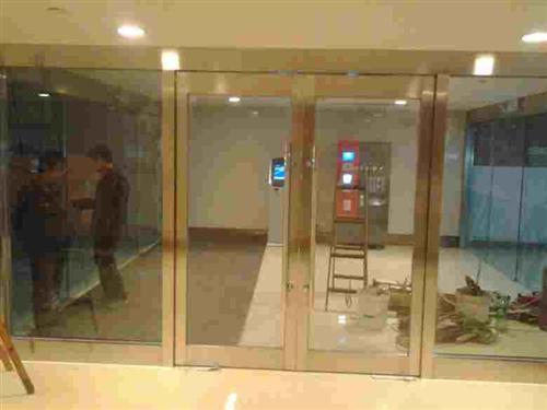 公共建筑物的出入口,门厅等部位(包括1,门玻璃2,安装在门上方的玻璃 3