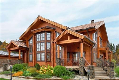即使不使用预制构件,一般性的木结构住房由有经验的建筑工人建造,也比