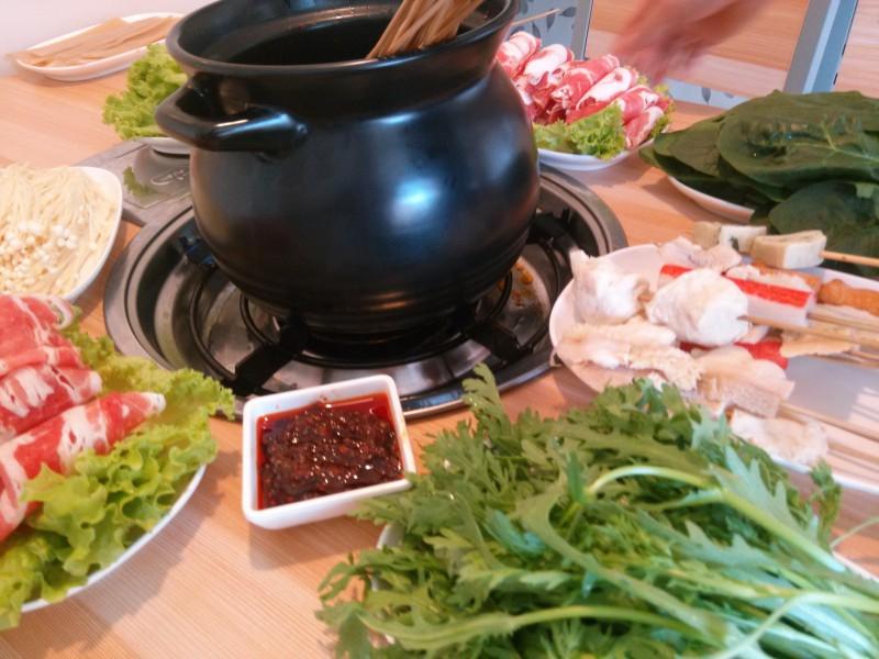 """并成功解决传统中式餐饮全靠""""师傅掌勺""""的问题,实现中式快餐标准化"""