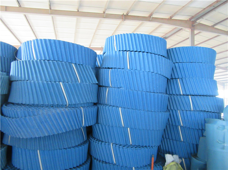 高温冷却塔斜波纹填料,取材于聚丙烯,经用户实地使用证明,高温填料具有重量轻,安装方便,耐化学性能好,冷却效率高和使用范围广等优点。是目前比较新型的高效填料之一。它适用于80 以上高温冷却塔,也适用于石油、化工、冶金、电力、纺织和其它工矿企业采用冷却塔循环供水的理想填料。 斜交错填料该填料工艺技术先进、设计合理,经久耐用,通过试验和生产运行表明冷却效果良好。适用于中小型冷却塔,它的阻力小,热力性能高,不易堵塞,组件质量轻,在使用过程中,增加了水流程,冷却效果明显。主要用于圆形冷却塔。 材质:聚氯乙烯(PVC