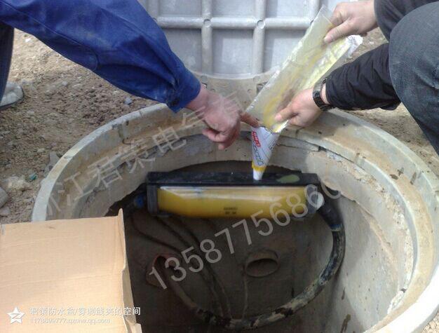 灌胶式防水接线盒(不需截断主电缆)主要应用于1KV及以下电力电缆,通讯电缆,信号电缆中间接头(可现场任意位置分支或接续)处的保护,在国外已经成功运用三十年。本公司深刻把握市场趋势。研发生产的君策GEMCH系列产品,采用绝缘防水填充胶浇铸工艺,具有液态固化包裹式全封闭特性,将水,空气,酸碱腐蚀,紫外线辐射等恶劣环境中的危害因素完全与电缆接头隔离,可直接埋于地下或放置水中长期稳定运行。在供电,通信,水利市政,园林景观,路灯,隧道等工程大量使用,成功扭转了国外同类产品在我国垄断市场的局面,为广大施工单位提