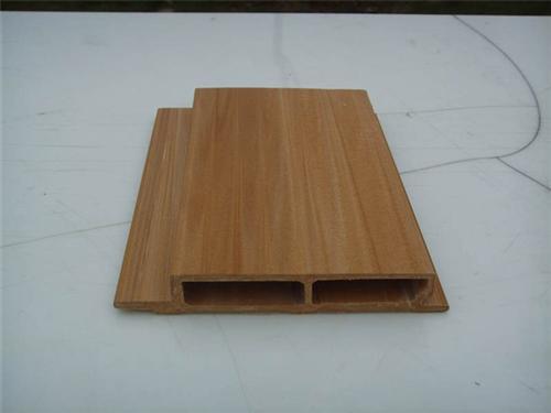 生态木是通过专利技术,将树脂和木质纤维材料及高分子材料按一定比例