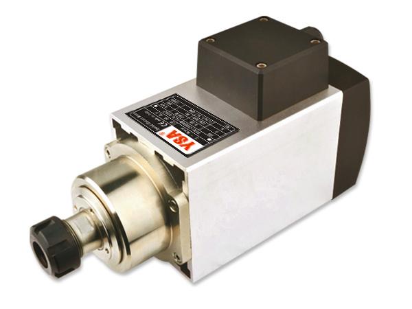一、使用说明 1、选择变频器应与电主轴的电压、功率、频率相匹配来配套使用。设置变频首先设置变频器的基准频率,变频器的基准频率按电主轴的最高频率值 2、将变频器与电主轴三相电源连接,其中变频器的三相电源线应焊在插头 1 (U1)、2(V1)、3(W1)脚上,4脚为地线。然后变频器与外接电源连接。接通电 源后变频器点动,观察电主轴的旋转方向是否与电主轴指示方向一致,如旋转方向不一致应立即关机改正,电主轴严禁在错误的旋转方向上运转。电主轴与变频器连线不宜超过25m。 3、 由于精密角接触球轴承油脂润滑的极限转速