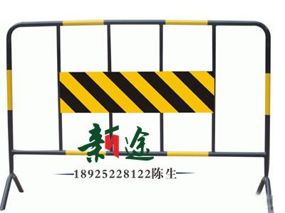 深圳新途施工铁马摆放随意,黄黑相间警示效果明显