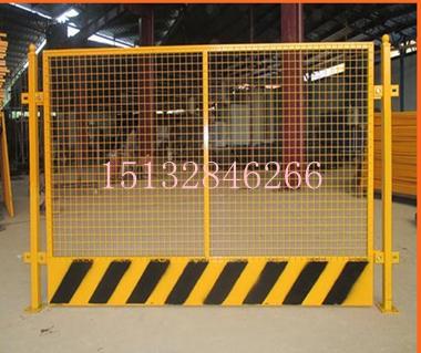 热销建筑四周临边护栏网、喷塑焊接临边基坑防护栅栏、工地坑基围栏网