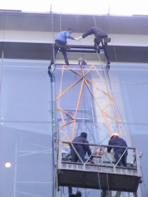 深圳高空吊装大型家具 深圳外墙吊装大型家具 深圳幕墙开窗改窗