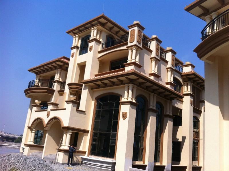 GRC是玻璃纤维增强水泥复合材料的英文缩写,来源于欧美技术,是将抗碱玻璃纤维、水泥、砂等其他复合材料按一定配比搅拌,在模具内浇灌成型,生产出造型丰富,质感多样的产品,被广泛应用在国内外各具特色的建筑中。GRC的胶凝材料是水泥,所以GRC也是一种混凝土制品,属于混凝土行业中的一个分支。